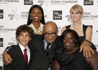 Quincy Jones (center) with Brett Goldin, DeOndra Dixon (right) and some model friends